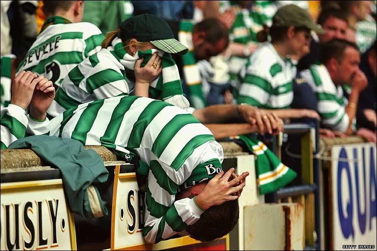 La disperazione dei tifosi dei Bhoys a Siviglia per la sconfitta del Celtic contro il Porto nella finale di Coppa Uefa edizione 2003/04. A nulla valse una doppietta di Henrik Larsson,  il Celtic cedette ai portoghesi ai tempi supplementari perdendo per 3-2.